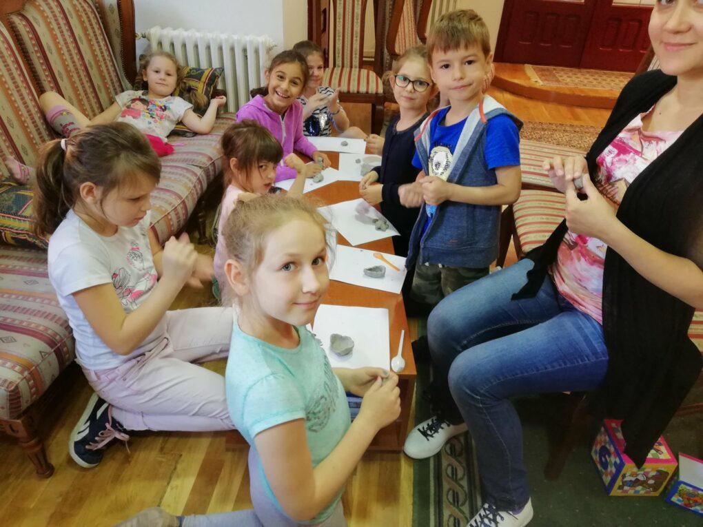 art kamp okuplja decu sličnih interesovanja i održava se tradicionalno prve nedelje jula
