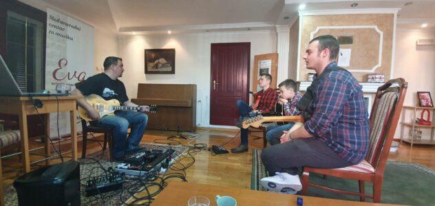 """Ivan Zoranović Kiza održava master klas električne gitare u međunarodnom centru za muziku """"EVA"""""""