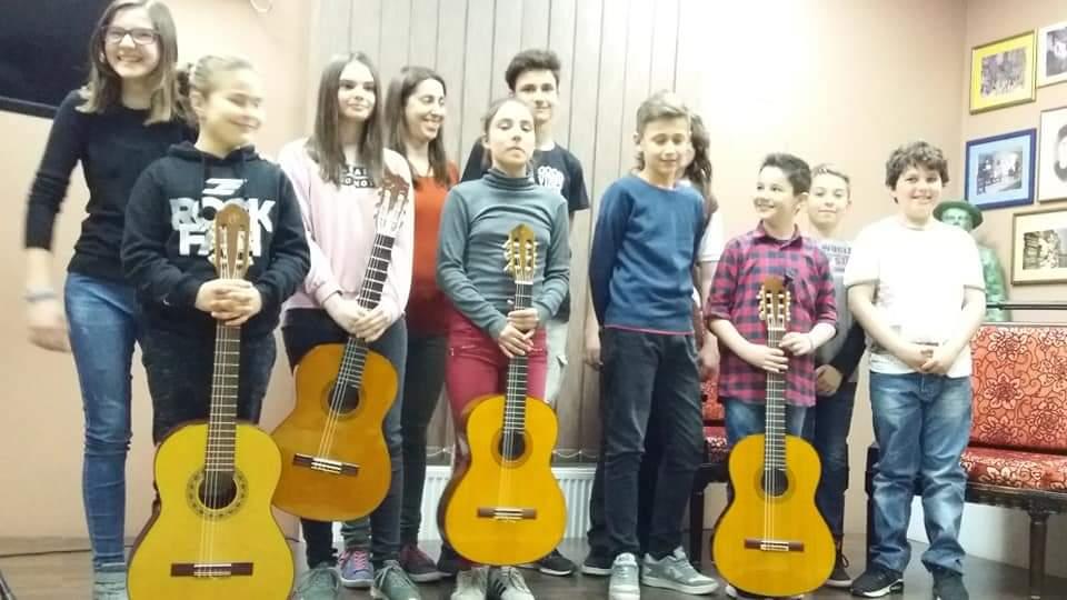 jasmina-dragicevic-profesor-gitare-u-prvoj-medjunarodnoj-privatnoj-muyickoj-skoli-eva-music-sa-svojim-polaznicima