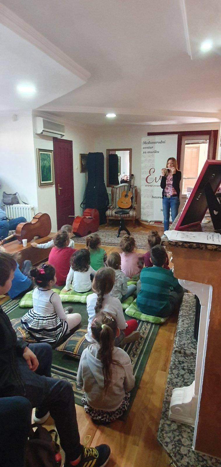 casovi-flaute-profesorka-saska-predstavlja-deci-instrument-muzicka-skola-eva-music