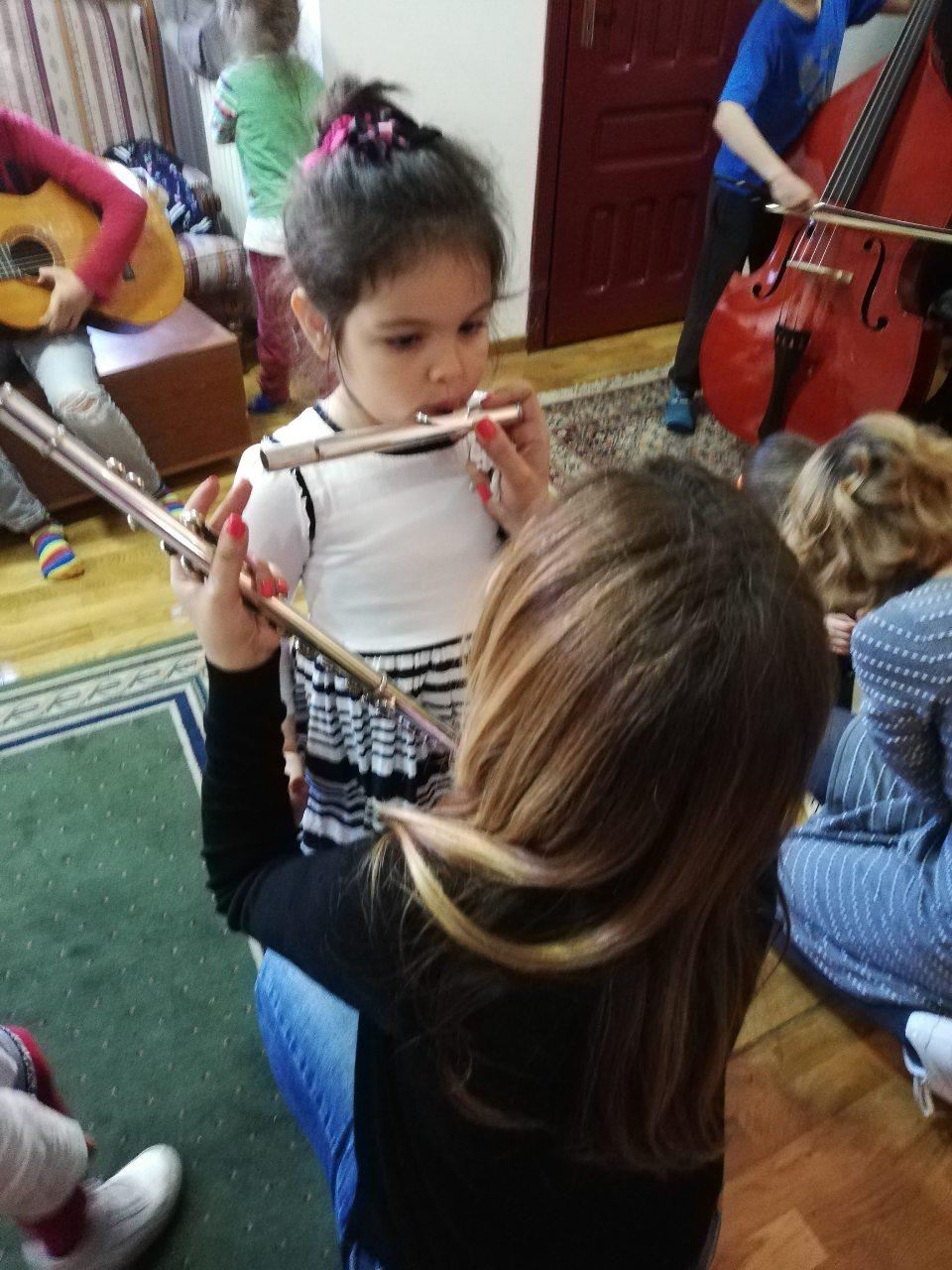 otvorena-vrata-muzicke-skole-deca-isprobavaju-instrumente