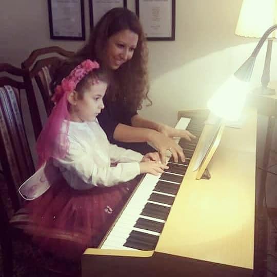 sviranje-klavira-u-prvoj-medjunarodnoj-muzickoj-skoli-eva-music