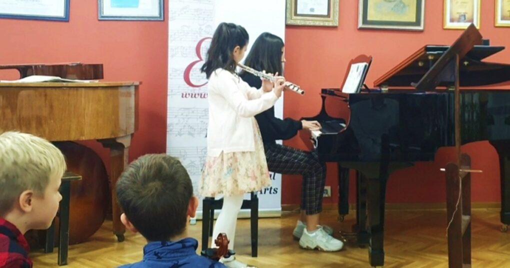 dve-sestre-sviraju-zajedno-privatna-muzicka-skola-eva-music